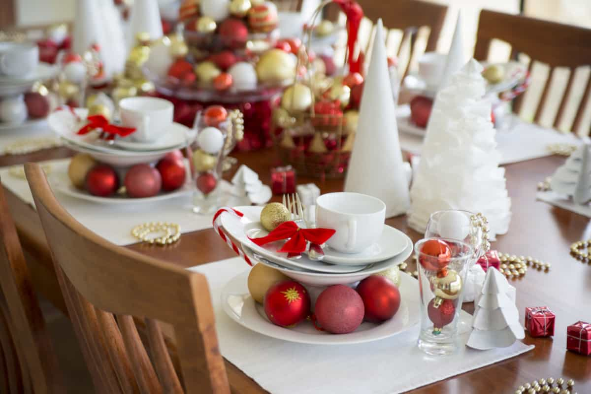 red accents on the christmas table - Red Accents on the Christmas Table